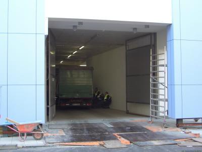 Kraftbetätigte 2-flgl. Drehtoranlage für LKW mit integrierter Eingangstür Fabr. Andreas König TOR-METALL