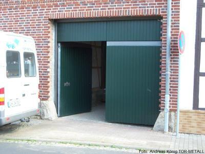 Kraftbetätigte 2-flgl. Drehtoranlage mit integrierter Eingangstür und Oberlicht Fabr. Andreas König TOR-METALL
