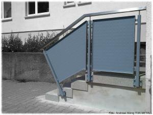 Treppengeländer mit Edelstahlhandlauf und Strukturblechfüllung Fabr. Andreas König TOR-METALL